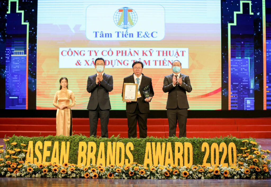 Mr. Nguyen Minh Tri - CEO of Tam Tien E&C received the award from Mr. Lee Seung Ho - Chairman of Asia Ind's information Promote Association (AIPA) and Master Tran Van Doanh - General Director of Asian Business Development Research Center